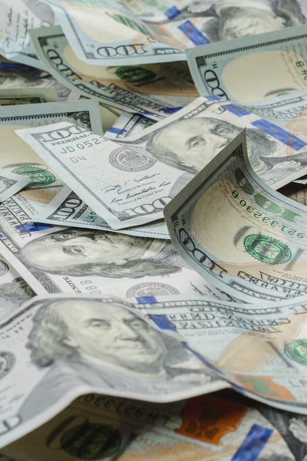 Dollaranmärkningar ställs upp på en tabellnärbild, en textur av dollarräkningen royaltyfri bild