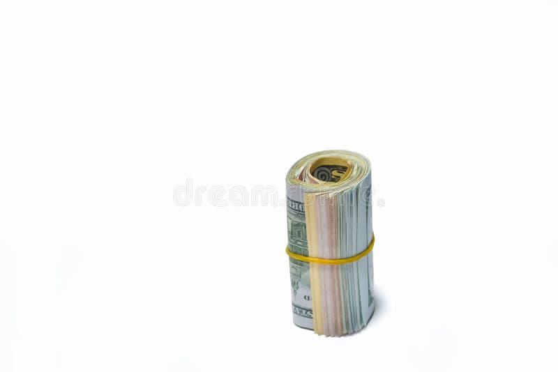 Dollaranmerkungen von den verschiedenen Bezeichnungen oben gerollt und mit einem Gummiband zusammengehalten stockfoto