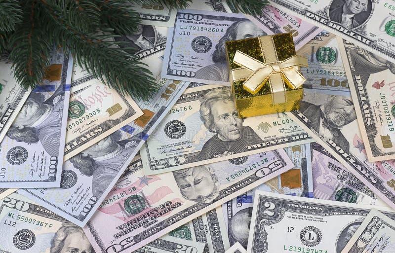 Dollarbakgrundsjul, sörjer trädfilialer, gåvaask royaltyfri foto