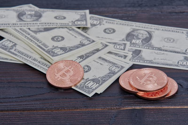 Dollarbankbiljetten en Bitcoins op een lijst royalty-vrije stock afbeelding