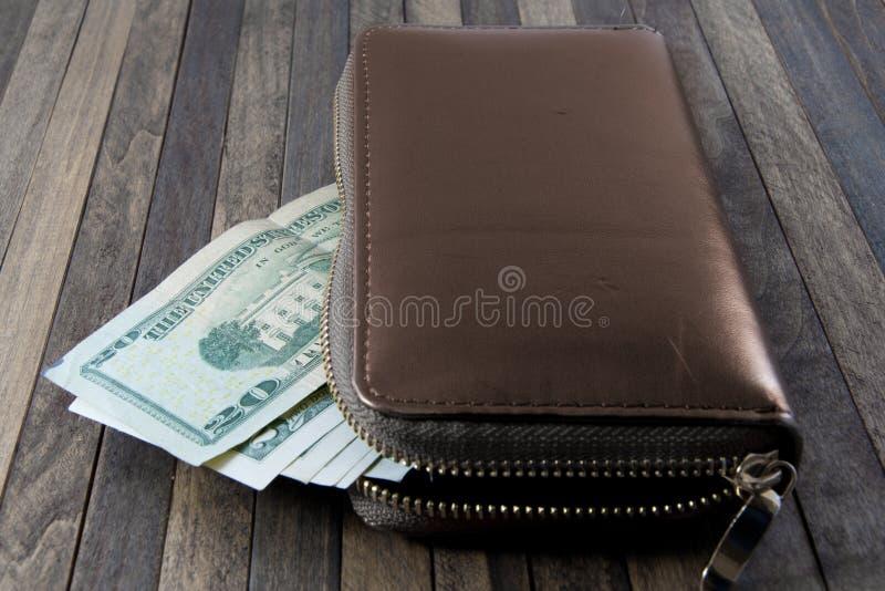 Dollarbanknoten, viele Dollar bilden Geldbörse auf hölzernem backgro lizenzfreies stockfoto
