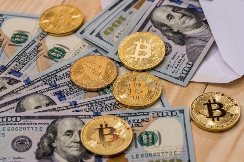 Dollarbilsl med bitcoin royaltyfri bild