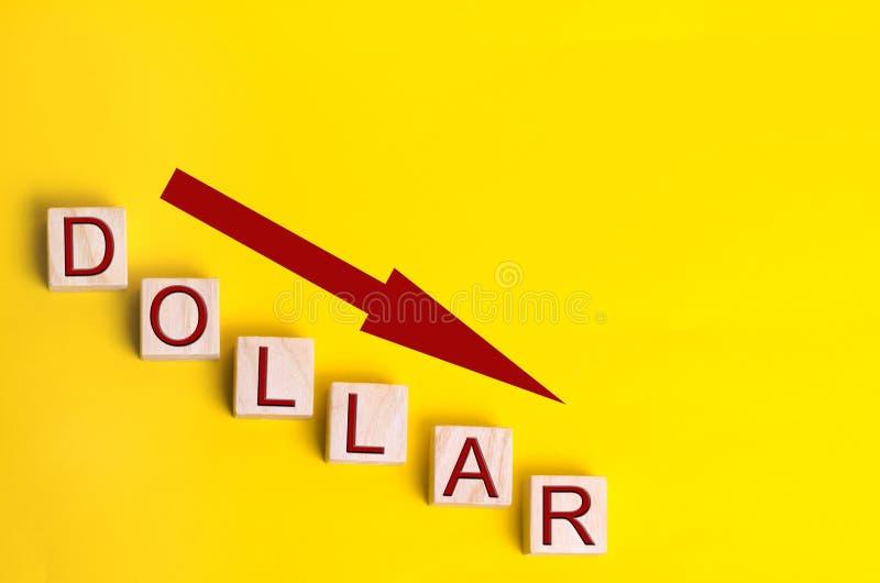 Dollardaling en benedenwaartse pijl Geld, financieel crisis en wisselkoersconcept Gele achtergrond royalty-vrije stock foto