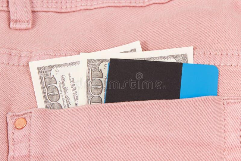 Dollaren och kreditkorten i byxa stoppa i fickan Cashless eller kassa som betalar f?r att shoppa royaltyfri foto