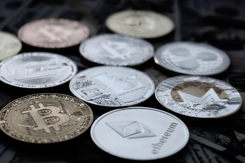 Dollari americani e cryptocurrency: Bitcoin, Ethereum, Monero, Litecoin, ondulazione fotografie stock