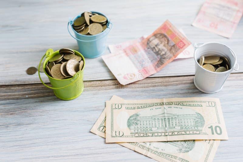 Dollari americani e hryvnia ucraino sugli isolati bianchi di un fondo fotografia stock