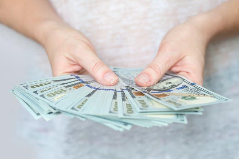 Dollari americani in mani Cento fatture del dollaro fotografie stock libere da diritti