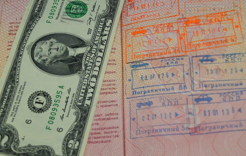 2 dollari americani nel passaporto russo con l'uscita confinano le guarnizioni fotografia stock
