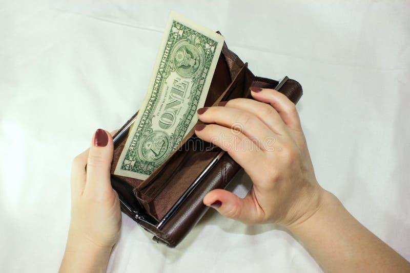 Dollari americani, soldi in una borsa su un fondo bianco nelle mani di una donna fotografia stock libera da diritti