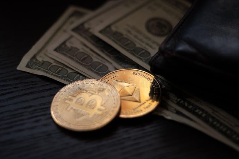 Dollari, bitcoin ed etere fotografia stock libera da diritti