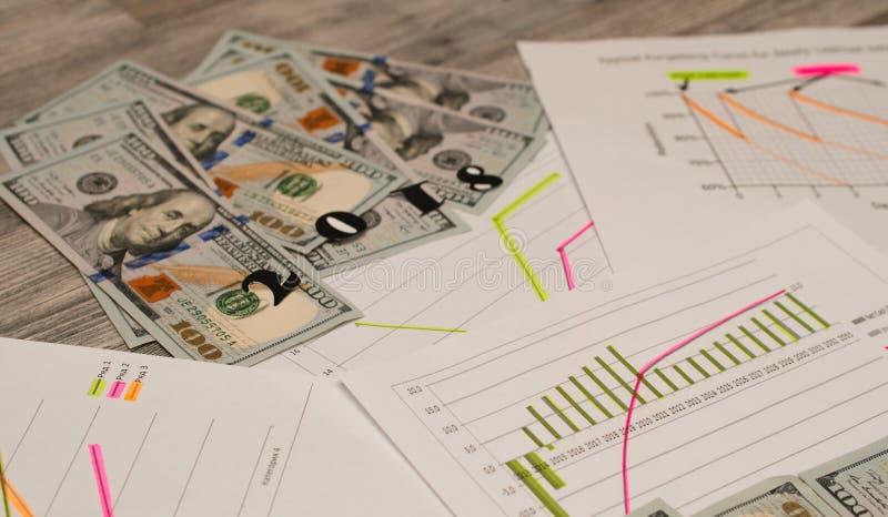 Dollari dei soldi con i documenti sulla tavola Concetto di imposta immagini stock libere da diritti