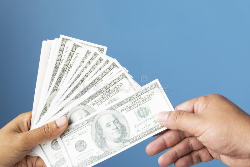 Dollari della banconota di valuta di concetto di affari, primo piano delle mani uff fotografia stock libera da diritti