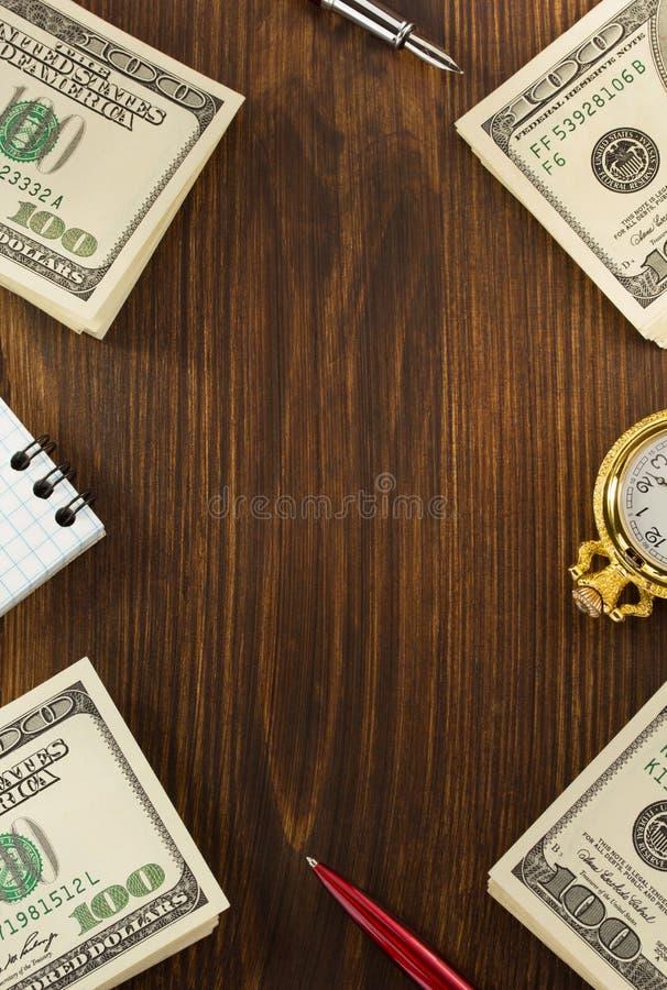 Dollari di banconote dei soldi su legno immagine stock