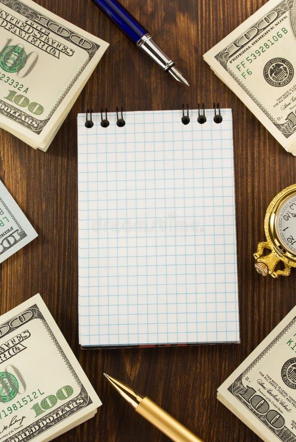 Dollari di banconote dei soldi su legno fotografia stock libera da diritti