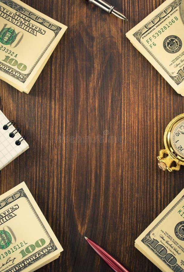 Dollari di banconote dei soldi su legno immagini stock