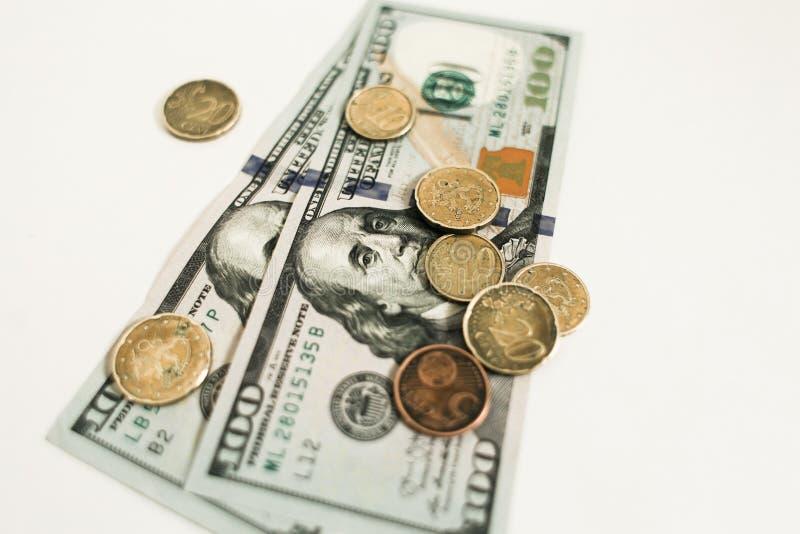 Dollari e centesimi isolati su fondo bianco immagini stock libere da diritti