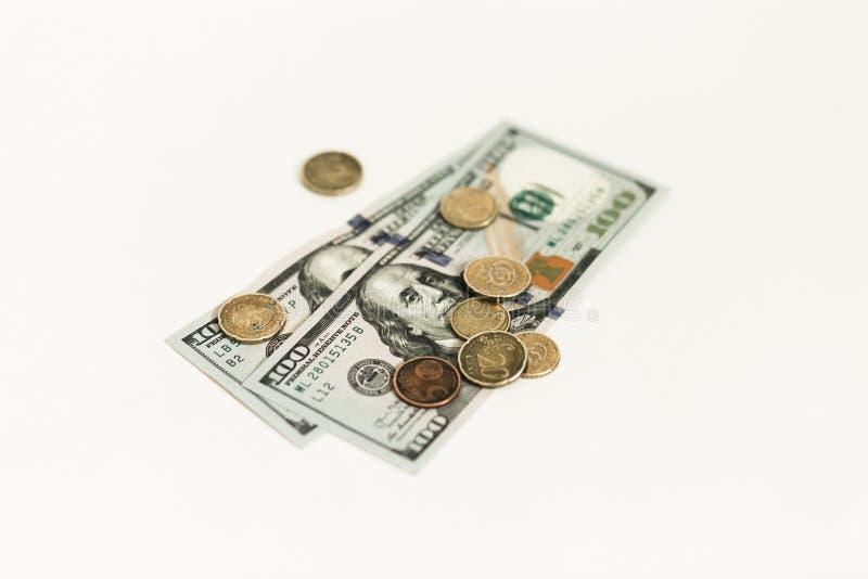 Dollari e centesimi isolati su fondo bianco immagini stock