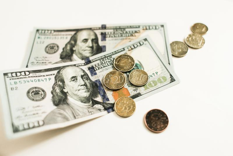 Dollari e centesimi su fondo bianco fotografia stock libera da diritti