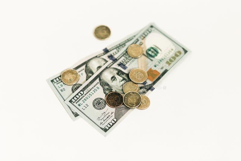 Dollari e centesimi su fondo bianco immagini stock libere da diritti