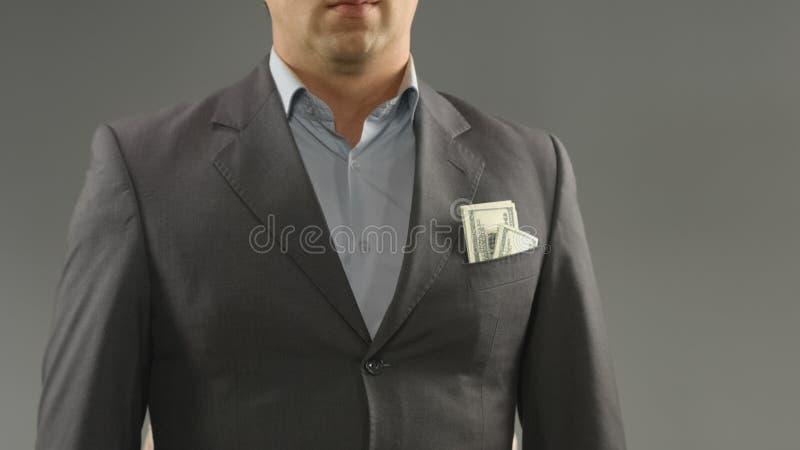 Dollari nella tasca maschio ricca del vestito, nel risparmio dei soldi, nel reddito o nel concetto di corruzione fotografia stock libera da diritti