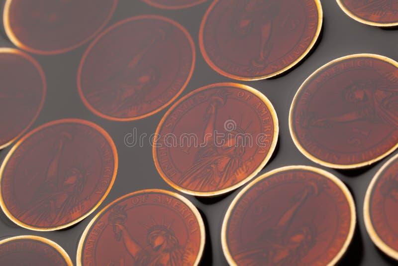 dollarmynt i råoljan arkivfoto