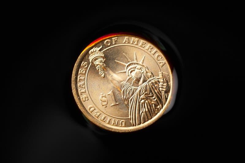 dollarmynt i råoljan arkivfoton