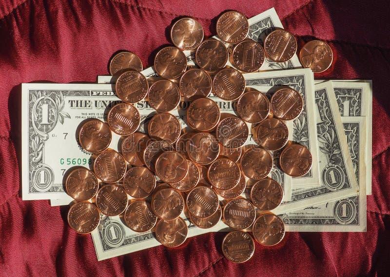 Dollarnota's en muntstuk, Verenigde Staten over rode fluweelachtergrond royalty-vrije stock afbeeldingen