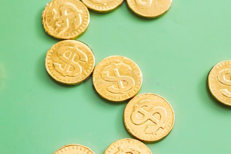 Dollaro della moneta su un fondo verde Penna, occhiali e grafici immagine stock libera da diritti