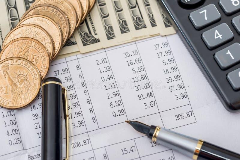 Dollarräkningar med den affärsdokument, pennan och räknemaskinen royaltyfria bilder