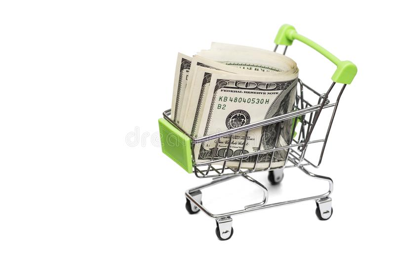 Dollarrekeningen in het boodschappenwagentjekarretje op witte achtergrond Idee: verkoop van goederen, kortingen die, het kopen he stock foto's