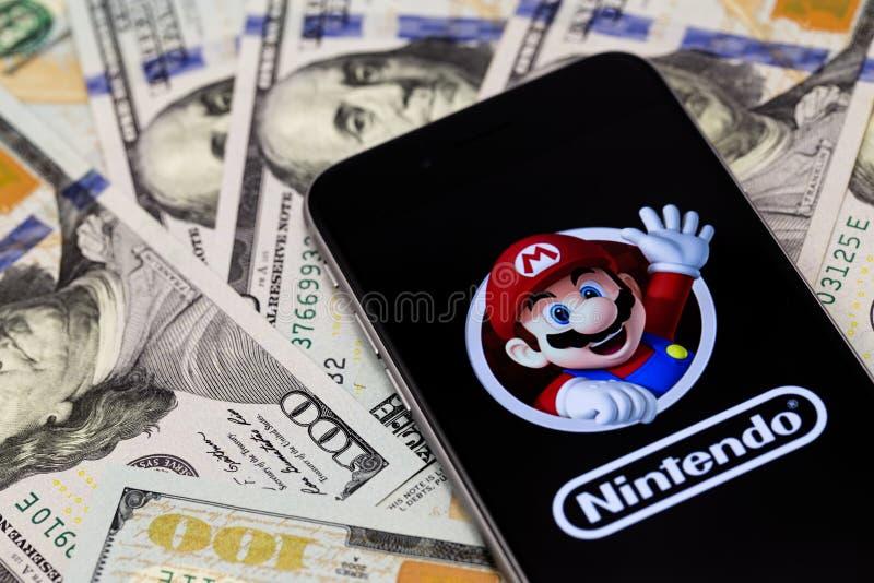 Dollars, Apple-iPhone 6s met Super Mario Bros-cijferkarakter royalty-vrije stock afbeeldingen