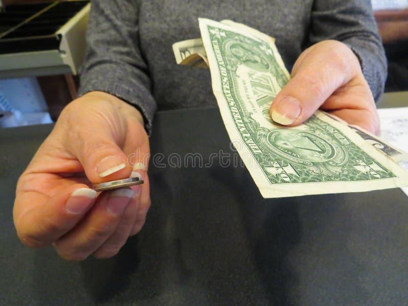 Dollars d'états de Handing Money United de femme d'affaires et pièces de monnaie, concept de finances d'affaires photo stock