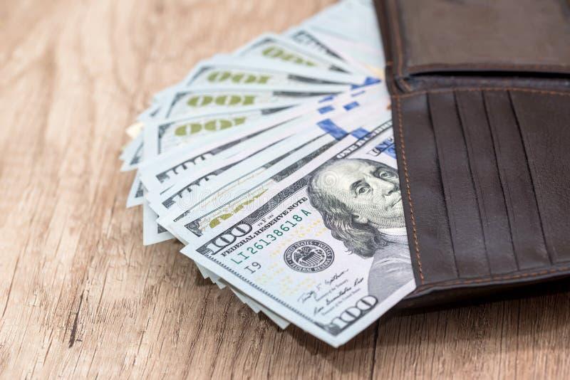 Dollars dans le portefeuille sur le bureau photographie stock libre de droits