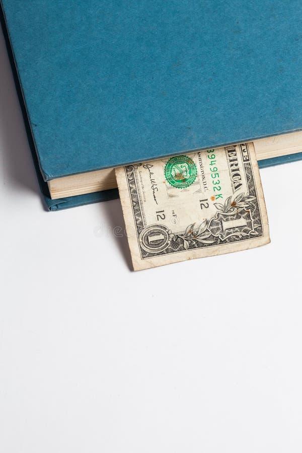 Dollars dans les livres, d'isolement sur le fond blanc, tra d'affaires photo stock