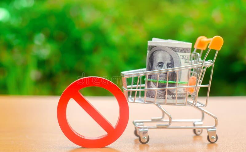 Dollars dans un caddie et un signe d'interdiction Restrictions à l'exportation de capitaux Pression et sanctions économiques photos stock