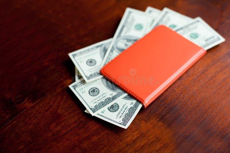 Dollars de billets de banque dans le carnet image libre de droits