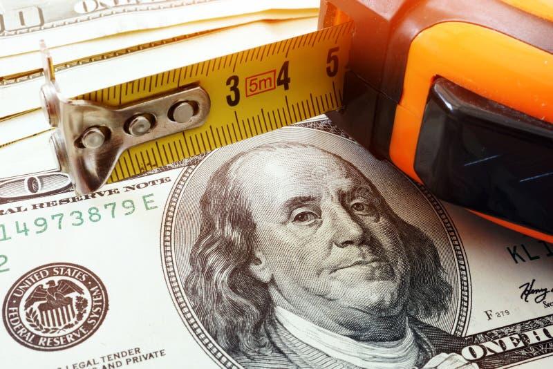 Dollars de coût de rénovation et roulette de construction images libres de droits