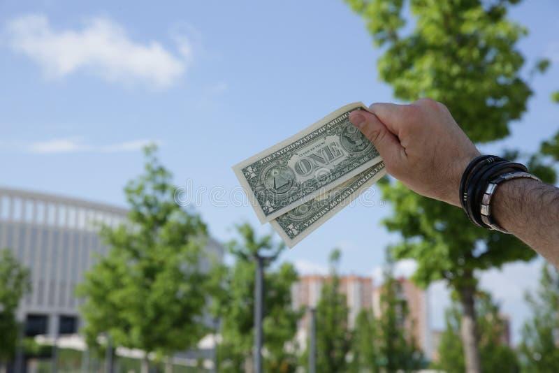 Dollars du verso avec un signe tout-voyant d'oeil ? disposition dans la perspective d'un b?timent de ciel bleu et d'un feuillage  photos stock