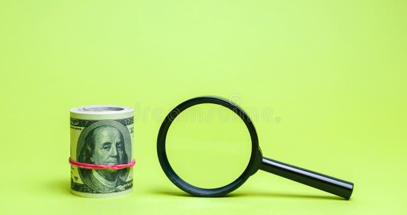 Dollars en vergrootglas Het concept het vinden van bronnen van investering en sponsors Liefdadige fondsen Opstarten en royalty-vrije stock foto