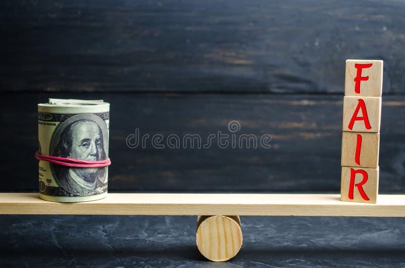 Dollars et le ` juste de ` d'inscription sur les blocs en bois équilibre Évaluation de juste valeur, dette d'argent Affaire juste photos stock