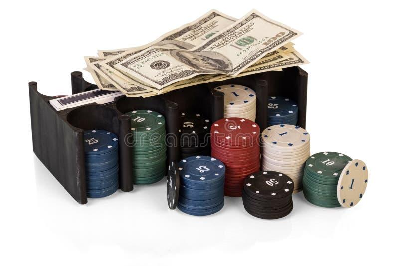 Dollars et pile de puces de casino d'isolement sur le fond blanc image stock