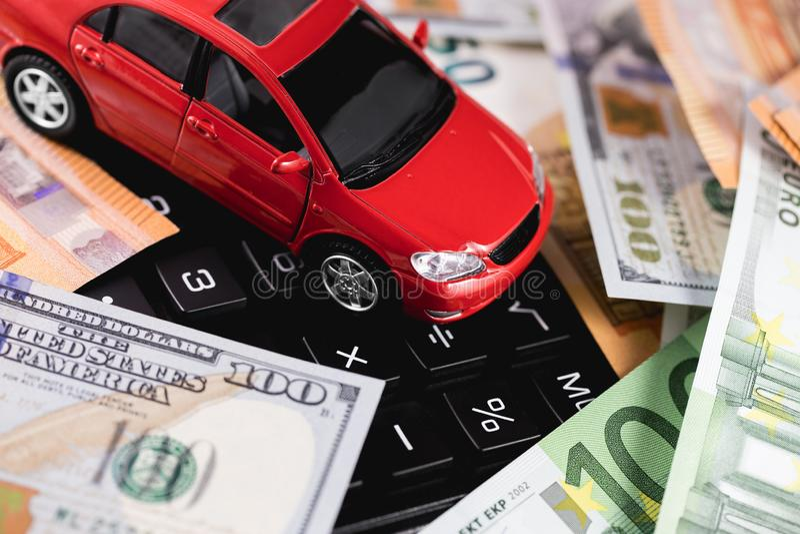 Dollars, euro bankbiljetten met auto royalty-vrije stock afbeeldingen