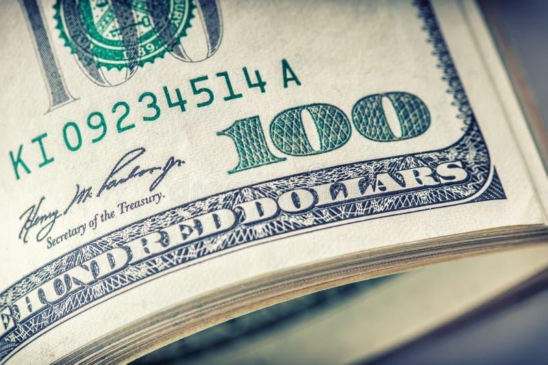 Dollars gerolde close-up Het Amerikaanse Geld van het Dollarscontante geld Honderd dollarsbankbiljetten stock fotografie