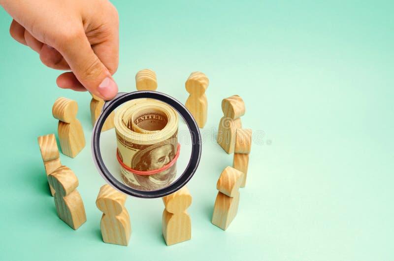 Dollars in het centrum van het team Het concept het investeren in een bedrijfsproject Bespreking van bedrijfsstrategie en plannin royalty-vrije stock afbeelding