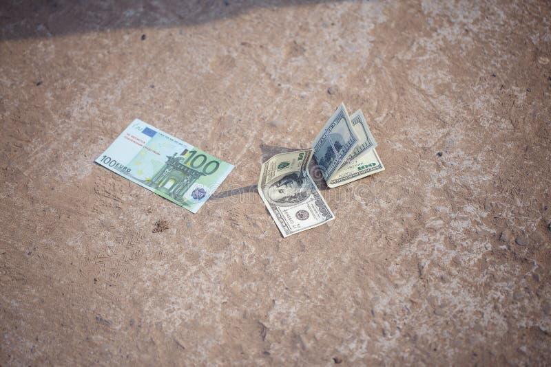 Dollars op de weg worden verloren die stock foto