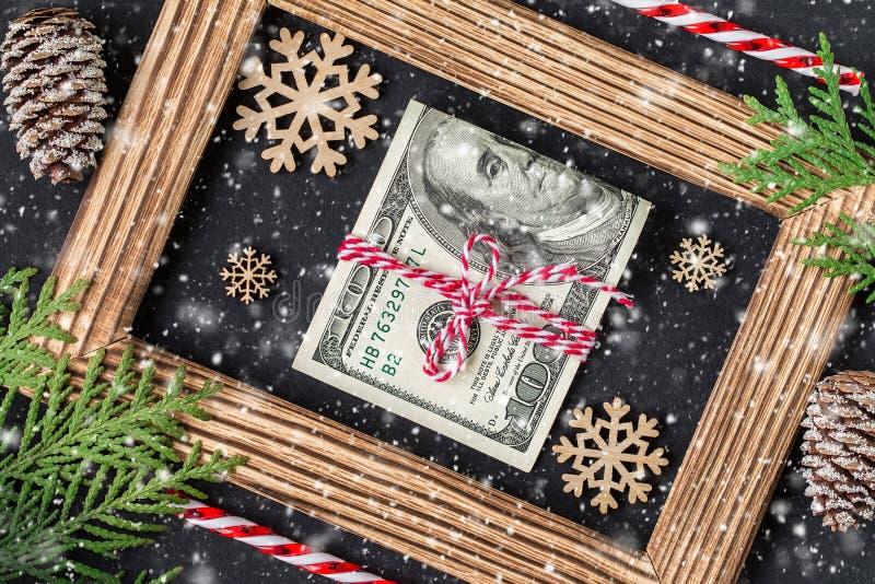 Dollars op houten fotokader Isoleer op wit stock fotografie