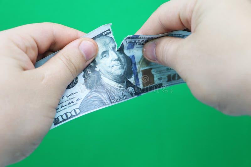 Dollars violents d'homme sur le fond vert image stock