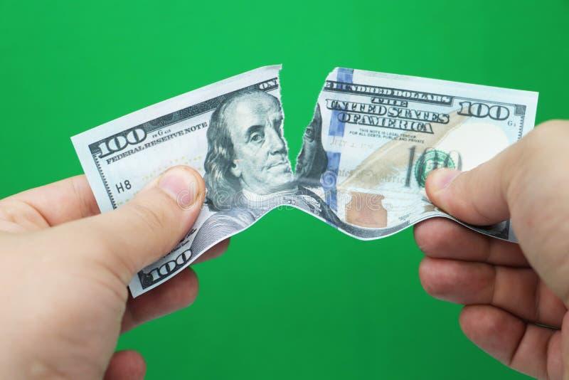 Dollars violents d'homme sur le fond vert photos stock