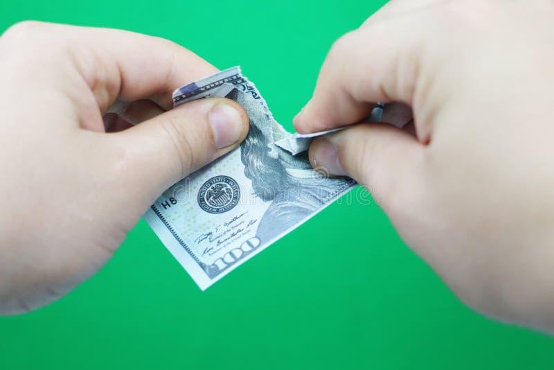 Dollars violents d'homme sur le fond vert photographie stock libre de droits