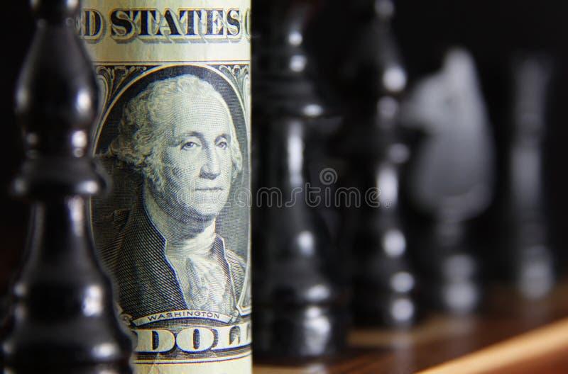 Dollarschein auf Schachvorstand stockfoto